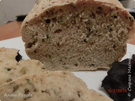 Этот хлеб привлек мое внимание своим легким  и быстрым приготовлением. Это из категории рецептов,где надо просто все перемешать и не выжидать время)))) Благодаря входящему в состав теста пиву хлеб  получается невероятно ароматным, и приобретает  приятный желтоватый оттенок. фото 11