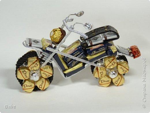 Доброго времени суток, Страна Мастеров! Сейчас мало времени остается на конфетные подарки, но иногда прорывает...С квадратными конфетами сейчас напряженка, украиснких уже нет....Вот такой получился мотоцикл из того, что нашла в магазине...