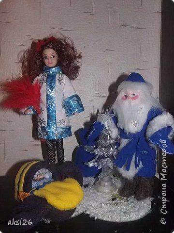 Эх и весело же мы провели новогодний корпоратив!!!! Приятно вспоминать!!!! Буквально на днях у нашей снегурочки день рождения, вот и решила я ей подарить добрые воспоминания об удачно исполненной роли.  Тело снегурочке я лепить не решилась, поэтому использовала Барби. Объяснить ее внешний вид, не видя сценария достаточно сложно - суть в том, что в начале она была  сказочной снегурочкой( от сюда ее верхнее платье), а потом стала такой красивой, девушкой в другом одеянии. Одета она была во втрой части в  красную юбку, корсет, чулочки, шляпка и веер. Я решила своместить два в одном. К сожалению второй ее вид, согласно условиям сайта - показывать лучше не стану.