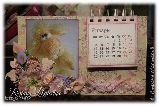 Доброго времени суток всем! У меня, как обычно, ночные бдения)))) Быстренько покажу вам пару календарей на 2015 год. Все никак не нарадуюсь своему биндеру. Скоро займусь блокнотиками на пружине. А пока смотрим фото. Первый календарь с символом 2015 года - премилой овечкой. На картинке чья-то работа - нашла на просторах интернета и решила использовать в своей работе.