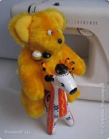 Мне очень нравятся игрушки Лилии Бахристовой. На прошлой неделе начала шить мамонтёнка, но куда-то делось вдохновение. Бродила я вокруг мамонтёнка, ждала возвращения пропавшего вдохновения, да и сшила этих заек.  Получились не совсем такими, как у Лилии, но всё же такие милые получились. фото 10