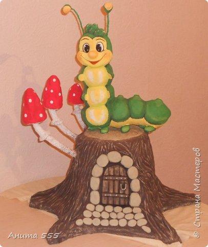 Весёлая гусеничка на сказочном пеньке!
