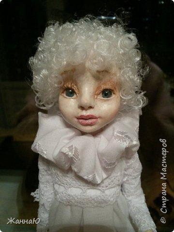 Добрый день дорогие мастера и мастерицы. Выкладываю вторую свою работу по куклам. Как вам он, помоему получился славным Как же хочется всему учиться и керамической флористике и фелтингу и вот теперь куклы...что удивительное сегодня мы ездили с ним в гости и его сфотографировали с другим англочком, я сегодня зашла на сайт и посмотрела эту фотку, он там совсем другой, вот так в гостях мы меняем выражение лица))) фото 2