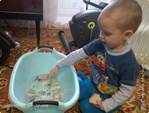 Сегодня с сыном читали книжку про морских обитателей. И пришла мне в голову идейка, а не показать ли ребенку кусочек моря. Ракушку куплены в магазине фикспрайс. В тазик насыпала ракушек, мы их изучали, трогали, потом сын принес рыбок.  фото 6