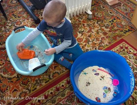Сегодня с сыном читали книжку про морских обитателей. И пришла мне в голову идейка, а не показать ли ребенку кусочек моря. Ракушку куплены в магазине фикспрайс. В тазик насыпала ракушек, мы их изучали, трогали, потом сын принес рыбок.  фото 9