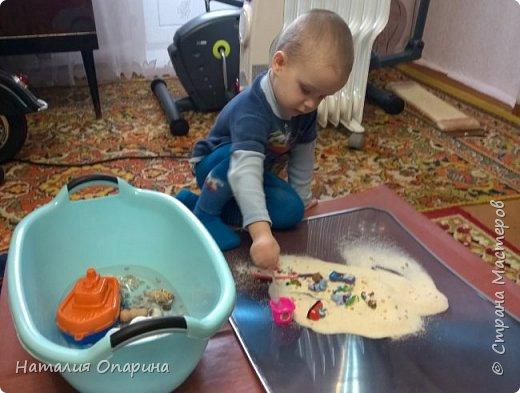 Сегодня с сыном читали книжку про морских обитателей. И пришла мне в голову идейка, а не показать ли ребенку кусочек моря. Ракушку куплены в магазине фикспрайс. В тазик насыпала ракушек, мы их изучали, трогали, потом сын принес рыбок.  фото 10