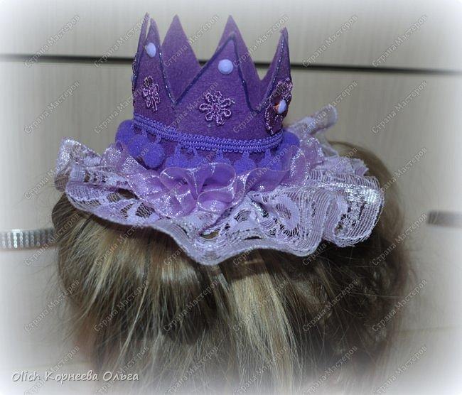 Здравствуйте. Приближается чудный, мой самый любимый праздник - Новый год! Для детей начинается пора утренников. Большинство малышек хотят быть на празднике принцессами. Так давайте же сделаем красивую и очень простую в изготовлении корону для вашей принцессы. Тем более можно подобрать в тон платью и цвет короны, и ее украшение. фото 15