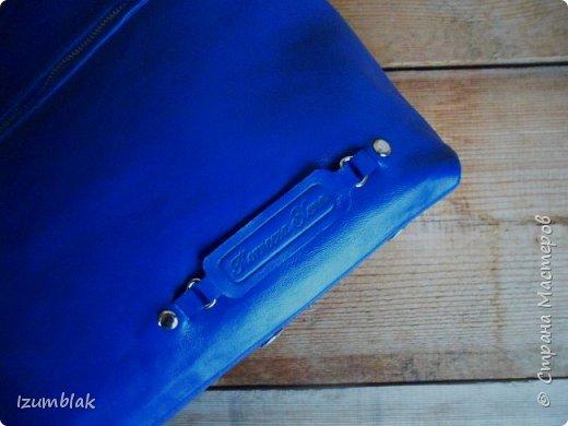Сумка сшита из натуральной итальянской кожи глубокого синего цвета.  фото 4