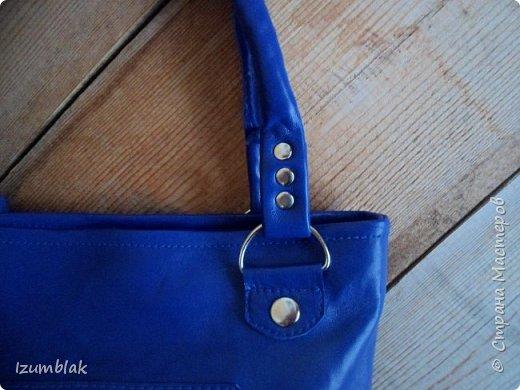 Сумка сшита из натуральной итальянской кожи глубокого синего цвета.  фото 6