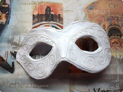 """Эту маску я сделала в подарок племяшке мужа. Сначала я начала делать шкатулку и сделать я ее решила с салфеткой """"Венецианский карнавал"""", а в процессе работы над шкатулкой придумалось в дополнение сделать и маску.  Крепить я ее придумала на леску. С двух сторон прикрепила и сзади завязала. Леску почти не видно, именинница вроде рада ))) фото 2"""