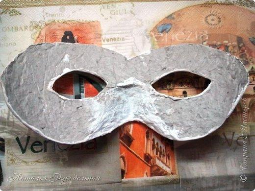 """Эту маску я сделала в подарок племяшке мужа. Сначала я начала делать шкатулку и сделать я ее решила с салфеткой """"Венецианский карнавал"""", а в процессе работы над шкатулкой придумалось в дополнение сделать и маску.  Крепить я ее придумала на леску. С двух сторон прикрепила и сзади завязала. Леску почти не видно, именинница вроде рада ))) фото 3"""