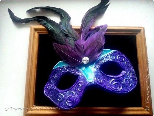"""Эту маску я сделала в подарок племяшке мужа. Сначала я начала делать шкатулку и сделать я ее решила с салфеткой """"Венецианский карнавал"""", а в процессе работы над шкатулкой придумалось в дополнение сделать и маску.  Крепить я ее придумала на леску. С двух сторон прикрепила и сзади завязала. Леску почти не видно, именинница вроде рада ))) фото 1"""