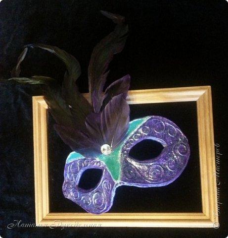 """Эту маску я сделала в подарок племяшке мужа. Сначала я начала делать шкатулку и сделать я ее решила с салфеткой """"Венецианский карнавал"""", а в процессе работы над шкатулкой придумалось в дополнение сделать и маску.  Крепить я ее придумала на леску. С двух сторон прикрепила и сзади завязала. Леску почти не видно, именинница вроде рада ))) фото 4"""