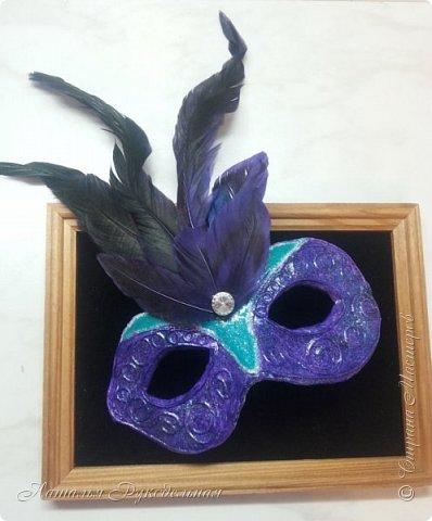 """Эту маску я сделала в подарок племяшке мужа. Сначала я начала делать шкатулку и сделать я ее решила с салфеткой """"Венецианский карнавал"""", а в процессе работы над шкатулкой придумалось в дополнение сделать и маску.  Крепить я ее придумала на леску. С двух сторон прикрепила и сзади завязала. Леску почти не видно, именинница вроде рада ))) фото 5"""
