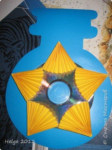 Мастер-класс Поделка изделие 23 февраля Аппликация Торцевание на пластилине Медали для пап Бумага Диски компьютерные Картон Клей Пластилин фото 21
