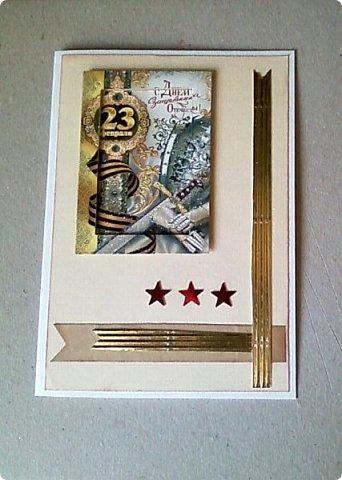 С помощью мелких картинок, открыточек и небольшого декора можно создать с детьми приличную открытку для папы, дедушки. фото 1