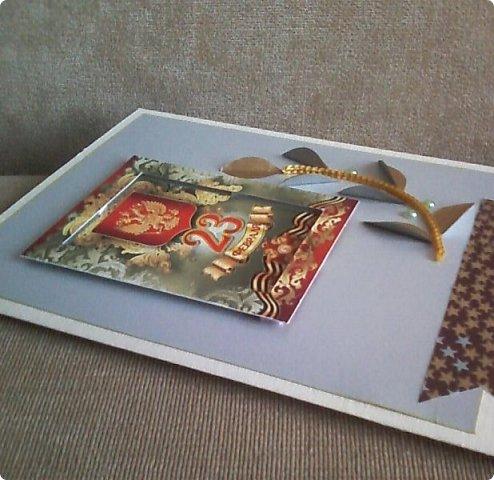 С помощью мелких картинок, открыточек и небольшого декора можно создать с детьми приличную открытку для папы, дедушки. фото 10