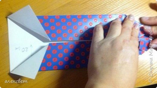 Здравствуйте мастера. Очень захотелось мне сделать открытки к 23 февраля. Рубашек видела много а вот м/ к нашла только в видеозаписи на одноклассниках. Делаются очень быстро минут по 5 , я наделала штук 10. Пока делала решила и Вам показать как их делать. Спасибо тем мастерам кто придумал такую хорошую идею по созданию рубашки с галстуком. Материалы: Бмага или картон 30 на 20 см на рубашку и 9 на 9 см для галстука . Клей кристал или пва, ножницы, карандаш, линейка. фото 14