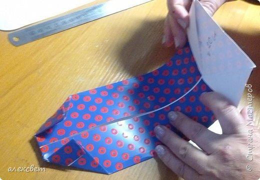 Здравствуйте мастера. Очень захотелось мне сделать открытки к 23 февраля. Рубашек видела много а вот м/ к нашла только в видеозаписи на одноклассниках. Делаются очень быстро минут по 5 , я наделала штук 10. Пока делала решила и Вам показать как их делать. Спасибо тем мастерам кто придумал такую хорошую идею по созданию рубашки с галстуком. Материалы: Бмага или картон 30 на 20 см на рубашку и 9 на 9 см для галстука . Клей кристал или пва, ножницы, карандаш, линейка. фото 17