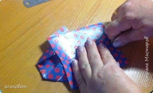 Здравствуйте мастера. Очень захотелось мне сделать открытки к 23 февраля. Рубашек видела много а вот м/ к нашла только в видеозаписи на одноклассниках. Делаются очень быстро минут по 5 , я наделала штук 10. Пока делала решила и Вам показать как их делать. Спасибо тем мастерам кто придумал такую хорошую идею по созданию рубашки с галстуком. Материалы: Бмага или картон 30 на 20 см на рубашку и 9 на 9 см для галстука . Клей кристал или пва, ножницы, карандаш, линейка. фото 20