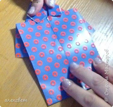 Здравствуйте мастера. Очень захотелось мне сделать открытки к 23 февраля. Рубашек видела много а вот м/ к нашла только в видеозаписи на одноклассниках. Делаются очень быстро минут по 5 , я наделала штук 10. Пока делала решила и Вам показать как их делать. Спасибо тем мастерам кто придумал такую хорошую идею по созданию рубашки с галстуком. Материалы: Бмага или картон 30 на 20 см на рубашку и 9 на 9 см для галстука . Клей кристал или пва, ножницы, карандаш, линейка. фото 21