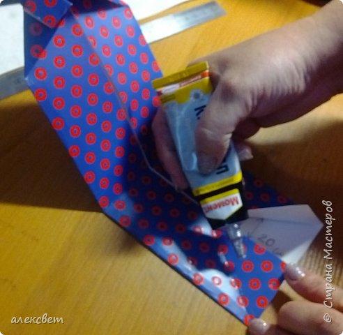 Здравствуйте мастера. Очень захотелось мне сделать открытки к 23 февраля. Рубашек видела много а вот м/ к нашла только в видеозаписи на одноклассниках. Делаются очень быстро минут по 5 , я наделала штук 10. Пока делала решила и Вам показать как их делать. Спасибо тем мастерам кто придумал такую хорошую идею по созданию рубашки с галстуком. Материалы: Бмага или картон 30 на 20 см на рубашку и 9 на 9 см для галстука . Клей кристал или пва, ножницы, карандаш, линейка. фото 23