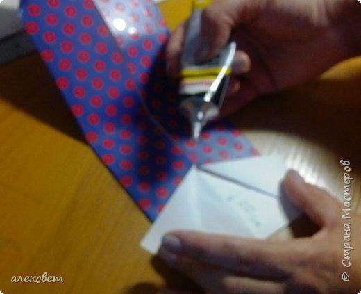 Здравствуйте мастера. Очень захотелось мне сделать открытки к 23 февраля. Рубашек видела много а вот м/ к нашла только в видеозаписи на одноклассниках. Делаются очень быстро минут по 5 , я наделала штук 10. Пока делала решила и Вам показать как их делать. Спасибо тем мастерам кто придумал такую хорошую идею по созданию рубашки с галстуком. Материалы: Бмага или картон 30 на 20 см на рубашку и 9 на 9 см для галстука . Клей кристал или пва, ножницы, карандаш, линейка. фото 24