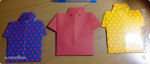 Здравствуйте мастера. Очень захотелось мне сделать открытки к 23 февраля. Рубашек видела много а вот м/ к нашла только в видеозаписи на одноклассниках. Делаются очень быстро минут по 5 , я наделала штук 10. Пока делала решила и Вам показать как их делать. Спасибо тем мастерам кто придумал такую хорошую идею по созданию рубашки с галстуком. Материалы: Бмага или картон 30 на 20 см на рубашку и 9 на 9 см для галстука . Клей кристал или пва, ножницы, карандаш, линейка. фото 29