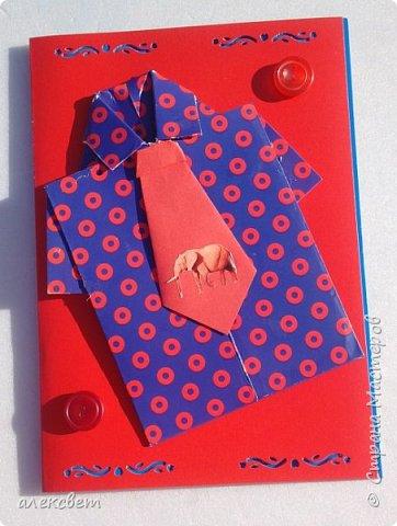Здравствуйте мастера. Очень захотелось мне сделать открытки к 23 февраля. Рубашек видела много а вот м/ к нашла только в видеозаписи на одноклассниках. Делаются очень быстро минут по 5 , я наделала штук 10. Пока делала решила и Вам показать как их делать. Спасибо тем мастерам кто придумал такую хорошую идею по созданию рубашки с галстуком. Материалы: Бмага или картон 30 на 20 см на рубашку и 9 на 9 см для галстука . Клей кристал или пва, ножницы, карандаш, линейка. фото 42