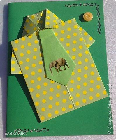 Здравствуйте мастера. Очень захотелось мне сделать открытки к 23 февраля. Рубашек видела много а вот м/ к нашла только в видеозаписи на одноклассниках. Делаются очень быстро минут по 5 , я наделала штук 10. Пока делала решила и Вам показать как их делать. Спасибо тем мастерам кто придумал такую хорошую идею по созданию рубашки с галстуком. Материалы: Бмага или картон 30 на 20 см на рубашку и 9 на 9 см для галстука . Клей кристал или пва, ножницы, карандаш, линейка. фото 44