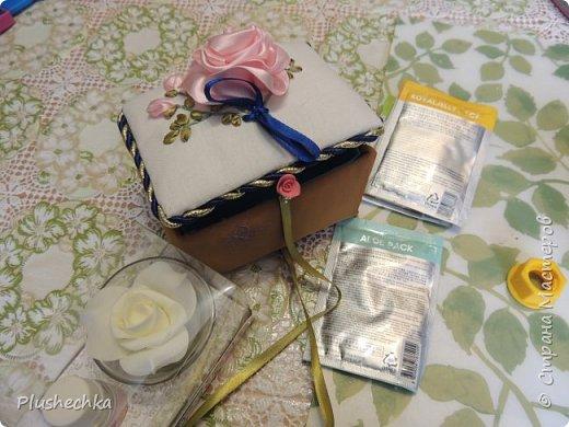 Понадобилось мне срочно соорудить подарочек. Да непростой, а косметический. Для моей тёти, которая очень любит маски для лица и различные ароматы. Потрудилась я 3 часа (с отвлечением на домашних своих). И вот получилась у меня шкатулочка. На крышке роза, так как в подарок входит ароматическое масло розовое. Да и сама тётя ассоциируется у меня с этим цветком. Почему-то. фото 2