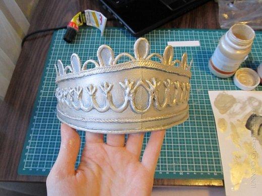 В умелых руках любые подручные материалы могут превратиться в нечто прекрасное. Каждая мастерица может позволить себе корону, усыпанную жемчугом и бриллиантами! В этом мастер-классе Вы увидите как и из чего сделать такую корону.  фото 14
