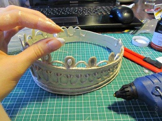 В умелых руках любые подручные материалы могут превратиться в нечто прекрасное. Каждая мастерица может позволить себе корону, усыпанную жемчугом и бриллиантами! В этом мастер-классе Вы увидите как и из чего сделать такую корону.  фото 15