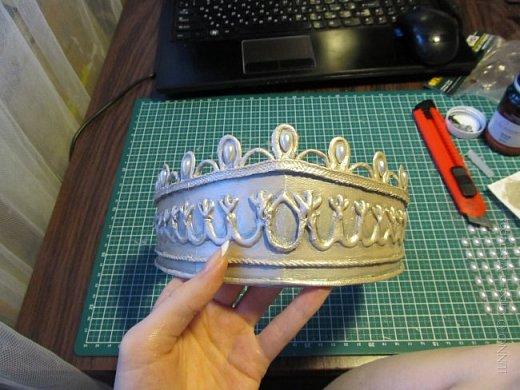 В умелых руках любые подручные материалы могут превратиться в нечто прекрасное. Каждая мастерица может позволить себе корону, усыпанную жемчугом и бриллиантами! В этом мастер-классе Вы увидите как и из чего сделать такую корону.  фото 16
