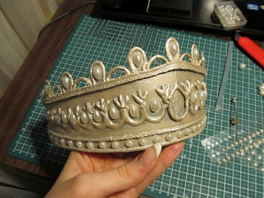 В умелых руках любые подручные материалы могут превратиться в нечто прекрасное. Каждая мастерица может позволить себе корону, усыпанную жемчугом и бриллиантами! В этом мастер-классе Вы увидите как и из чего сделать такую корону.  фото 17