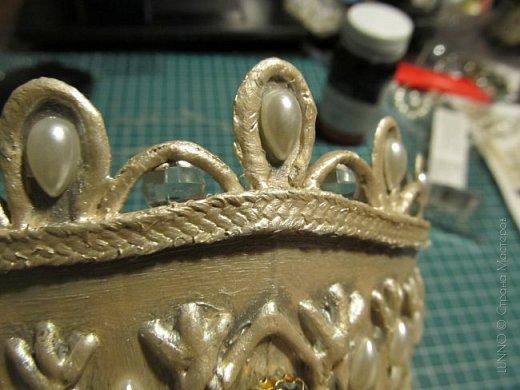 В умелых руках любые подручные материалы могут превратиться в нечто прекрасное. Каждая мастерица может позволить себе корону, усыпанную жемчугом и бриллиантами! В этом мастер-классе Вы увидите как и из чего сделать такую корону.  фото 19