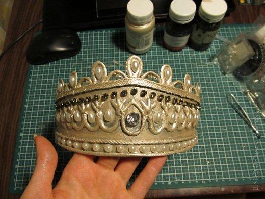 В умелых руках любые подручные материалы могут превратиться в нечто прекрасное. Каждая мастерица может позволить себе корону, усыпанную жемчугом и бриллиантами! В этом мастер-классе Вы увидите как и из чего сделать такую корону.  фото 20