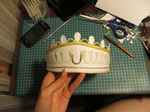 В умелых руках любые подручные материалы могут превратиться в нечто прекрасное. Каждая мастерица может позволить себе корону, усыпанную жемчугом и бриллиантами! В этом мастер-классе Вы увидите как и из чего сделать такую корону.  фото 10