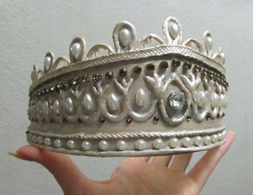В умелых руках любые подручные материалы могут превратиться в нечто прекрасное. Каждая мастерица может позволить себе корону, усыпанную жемчугом и бриллиантами! В этом мастер-классе Вы увидите как и из чего сделать такую корону.  фото 21