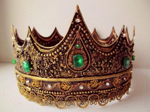 В умелых руках любые подручные материалы могут превратиться в нечто прекрасное. Каждая мастерица может позволить себе корону, усыпанную жемчугом и бриллиантами! В этом мастер-классе Вы увидите как и из чего сделать такую корону.  фото 24