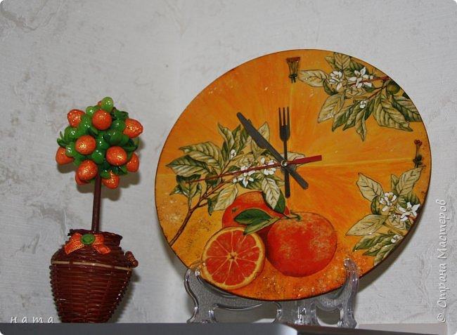 """Комплектик на кухню """"Про апельсины""""  Люблю цветущие цитрусовые, этот аромат на все комнаты...волшебный! Очень хотелось завести яркое пятнышко на своей кухне, вот что у меня получилось, правда далеко не с первого раза)))  Это первый """"настоящий"""" декупаж со многими слоями лака, грутна, подрисовки, Это очень капризная салфеточка, но такая хочушная!  фото 5"""