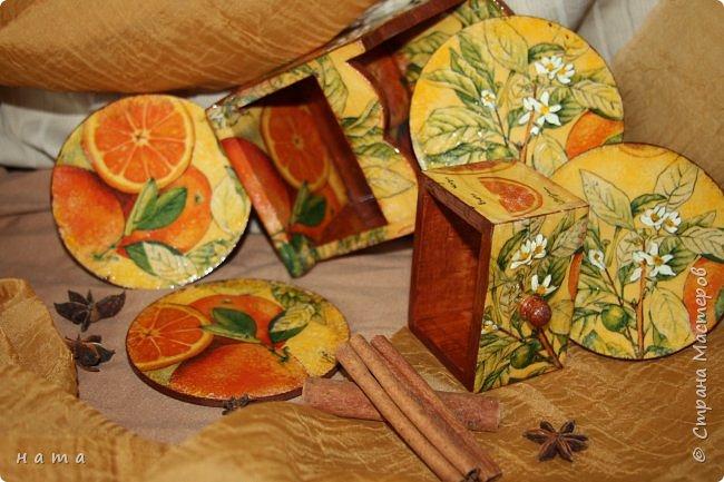 """Комплектик на кухню """"Про апельсины""""  Люблю цветущие цитрусовые, этот аромат на все комнаты...волшебный! Очень хотелось завести яркое пятнышко на своей кухне, вот что у меня получилось, правда далеко не с первого раза)))  Это первый """"настоящий"""" декупаж со многими слоями лака, грутна, подрисовки, Это очень капризная салфеточка, но такая хочушная!  фото 11"""
