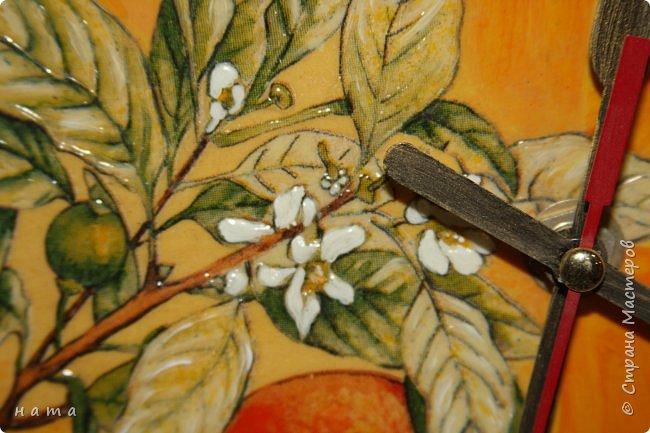 """Комплектик на кухню """"Про апельсины""""  Люблю цветущие цитрусовые, этот аромат на все комнаты...волшебный! Очень хотелось завести яркое пятнышко на своей кухне, вот что у меня получилось, правда далеко не с первого раза)))  Это первый """"настоящий"""" декупаж со многими слоями лака, грутна, подрисовки, Это очень капризная салфеточка, но такая хочушная!  фото 10"""