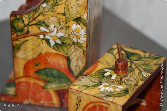 """Комплектик на кухню """"Про апельсины""""  Люблю цветущие цитрусовые, этот аромат на все комнаты...волшебный! Очень хотелось завести яркое пятнышко на своей кухне, вот что у меня получилось, правда далеко не с первого раза)))  Это первый """"настоящий"""" декупаж со многими слоями лака, грутна, подрисовки, Это очень капризная салфеточка, но такая хочушная!  фото 13"""