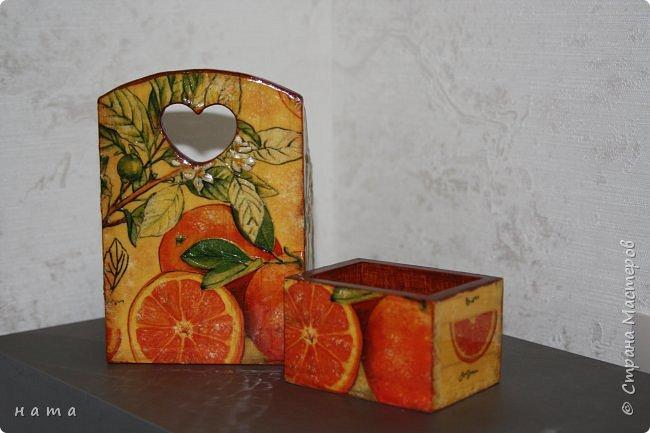 """Комплектик на кухню """"Про апельсины""""  Люблю цветущие цитрусовые, этот аромат на все комнаты...волшебный! Очень хотелось завести яркое пятнышко на своей кухне, вот что у меня получилось, правда далеко не с первого раза)))  Это первый """"настоящий"""" декупаж со многими слоями лака, грутна, подрисовки, Это очень капризная салфеточка, но такая хочушная!  фото 16"""