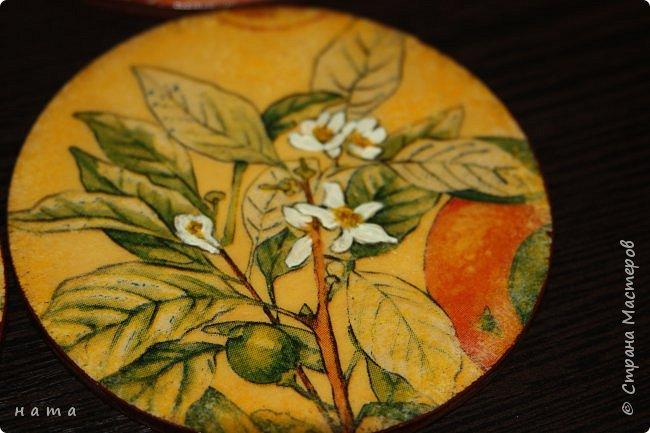 """Комплектик на кухню """"Про апельсины""""  Люблю цветущие цитрусовые, этот аромат на все комнаты...волшебный! Очень хотелось завести яркое пятнышко на своей кухне, вот что у меня получилось, правда далеко не с первого раза)))  Это первый """"настоящий"""" декупаж со многими слоями лака, грутна, подрисовки, Это очень капризная салфеточка, но такая хочушная!  фото 20"""