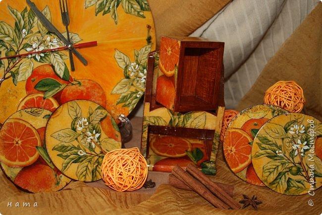 """Комплектик на кухню """"Про апельсины""""  Люблю цветущие цитрусовые, этот аромат на все комнаты...волшебный! Очень хотелось завести яркое пятнышко на своей кухне, вот что у меня получилось, правда далеко не с первого раза)))  Это первый """"настоящий"""" декупаж со многими слоями лака, грутна, подрисовки, Это очень капризная салфеточка, но такая хочушная!  фото 21"""