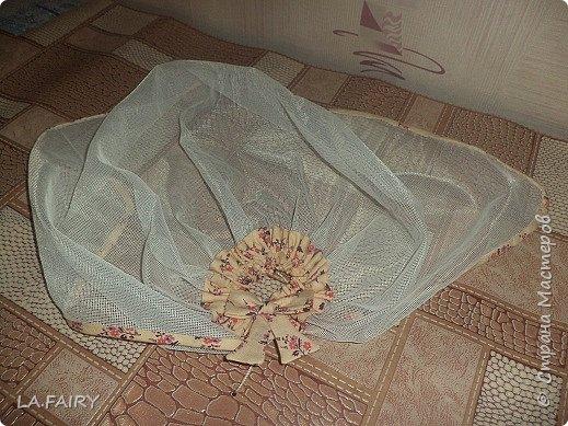 """В моём кукольном домике начался период """"обживания-обшивания"""". Первым делом встал вопрос о """"приобретении"""" (или скорее - придумывании) постельных принадлежностей для кроватей (двуспальной, двухъярусной, колыбели и других): из каких материалов (но чтобы они обязательно были прочные, по возможности немаркие, приятные на ощупь) и какой цветовой гаммы тканей. Потом я сразу решила, что в моём кукольном домике просто необходимо иметь комплекты постельного белья для каждой кровати (и желательно по два). Причем постельное бельё надо сшить такое, чтобы дочка могла свободно снимать его сама, а я - стирать по мере необходимости. Итак, кукольная спальня. Двуспальная кровать кукольных родителей пока выглядит так. фото 42"""