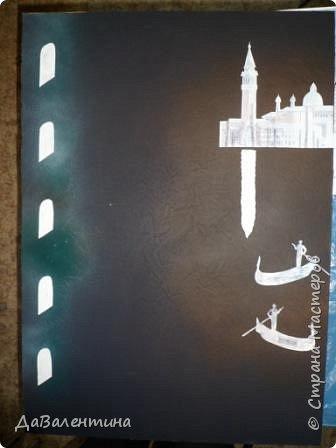 """Добрый день, дорогие друзья по СМ! Сегодня, я предлагаю Вашему вниманию МК по картине, которая называется """"Венецианский карнавал"""". Картина размером 70см х 50см. Каждый год на 12 дней Венеция с ее улочками и площадями, каналами, гондольерами и мостами превращается в гигантскую сцену с декорациями для одного из самых грандиозных и ослепительных карнавалов в мире. Безудержная фантазия, безостановочная музыка, бессонные ночи, парад разукрашенных лодок и гондол на Большом канале, а ещё маски, маски, маски... - всё  это магический средневековый праздник - Венецианский карнавал! Классический венецианский костюм - это белая маска и черный широкий плащ (tabarro) в сочетании с шелковой накидкой (bauta) и треугольной шляпой (tricorno) такого же цвета. С 18-го века благодаря знаменитому авантюристу и путешественнику Джакомо Казанове, костюмы стали красочнее и разнообразнее. В настоящее время существует даже определенная мода на карнавальные костюмы. Эта тема меня чрезвычайно захватывает. Она настолько интересна и многогранна, особенно для мастеров, занимающихся кожей. В картинах с карнавальной тематикой может присутствовать как буйство красок и фактур, также и сдержанность в цвете, монохромность. А сейчас рассмотрим картину с разных сторон. фото 51"""