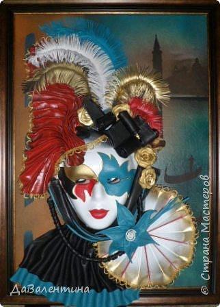 """Добрый день, дорогие друзья по СМ! Сегодня, я предлагаю Вашему вниманию МК по картине, которая называется """"Венецианский карнавал"""". Картина размером 70см х 50см. Каждый год на 12 дней Венеция с ее улочками и площадями, каналами, гондольерами и мостами превращается в гигантскую сцену с декорациями для одного из самых грандиозных и ослепительных карнавалов в мире. Безудержная фантазия, безостановочная музыка, бессонные ночи, парад разукрашенных лодок и гондол на Большом канале, а ещё маски, маски, маски... - всё  это магический средневековый праздник - Венецианский карнавал! Классический венецианский костюм - это белая маска и черный широкий плащ (tabarro) в сочетании с шелковой накидкой (bauta) и треугольной шляпой (tricorno) такого же цвета. С 18-го века благодаря знаменитому авантюристу и путешественнику Джакомо Казанове, костюмы стали красочнее и разнообразнее. В настоящее время существует даже определенная мода на карнавальные костюмы. Эта тема меня чрезвычайно захватывает. Она настолько интересна и многогранна, особенно для мастеров, занимающихся кожей. В картинах с карнавальной тематикой может присутствовать как буйство красок и фактур, также и сдержанность в цвете, монохромность. А сейчас рассмотрим картину с разных сторон. фото 59"""